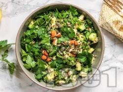 Детокс салата с киноа, магданоз, авокадо, краставица и тиквичка - снимка на рецептата